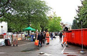 La déchèterie éphémère tient sur 2-300 m2. En trois heures, 90 personnes passeront déposer leur encombrants et déchets recyclables.