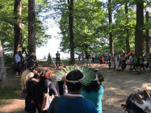 La délégation d'Amazonie a été reçue au son du cor des Alpes puis des accordéons schwytzois. La manifestation a réuni 300 personnes à Chantemerle (Corcelles) autour d'une giga-torrée offerte. (Photo: S. Sintz)