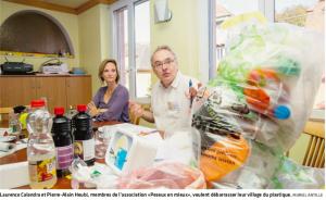 Laurence Calandra et Pierre-Alain Heubi, membres de l'association «Peseux en mieux», veulent débarrasser leur village du plastique. MURIEL ANTILLE